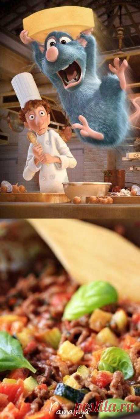 La receta ratatuya con las berenjenas, los tomates y los calabacines en la salsa de tomate. Ratatuy para la película de dibujos animados más culinaria en el mundo sobre el krysenka-cocinero preparaba el jefe de cocina Thomas Keller famoso.