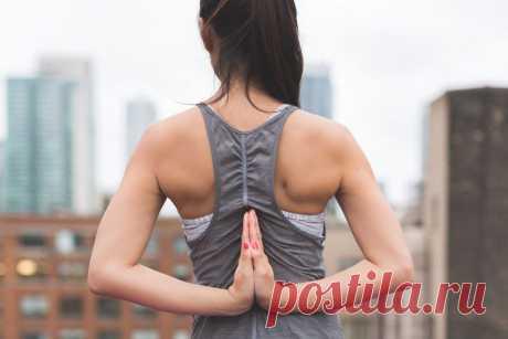 Как сделать спину и плечи прямыми и красивыми в домашних условиях Чтобы иметь красивую спину и плечи, необходимо выполнять упражнения для снятия напряжения в мышцах. Благодаря этому, Вы сможете сделать свой позвоночник ровным, а осанку красивой. Для достижения таких показателей не обязательно идти в спортзал. Рассмотрим некоторые упражнения, которые легко делаются прямо в домашних условиях.  Нужно встать на четвереньки и расположить руки таким образом, чтобы …