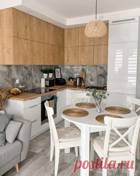Кухня в белом цвете и дереве. Выбрали круглый стол в качестве обеденного. Это была наша мечта.