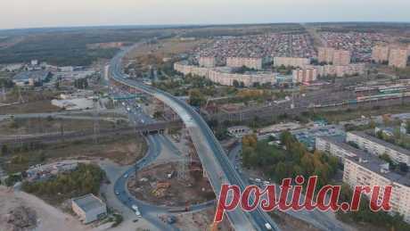 2020 октябрь. В г. Тольятти Самарской области полностью открыто движение по новому путепроводу на трассе М-5 «Урал». Трехуровневая эстакада протяженностью 1,1 км проходит на высоте 14 метров над автодорогами и железнодорожным мостом, который пересекает существующую трассу М-5 во втором уровне
