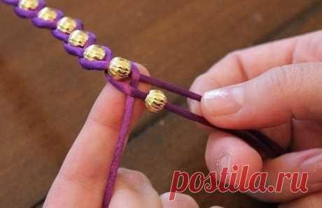 Браслет и ожерелье из бусин и ярких шнуров