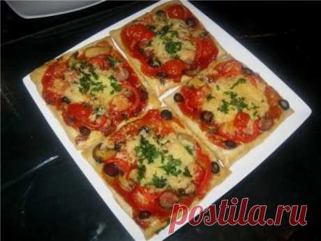 Mini-pizzas from puff pastry - simply and tasty I Want to share, the old recipe, frankly speaking and itself about it forgot, it is necessary to prepare. It as a lifesaver when guests on a threshold and a family very much are pleasant. Maybe at whom dough lay too long...