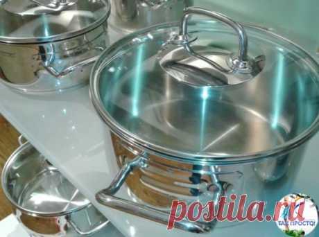 Идеальная чистота кухонной посуды без особых усилий! Отчистить нагар поможет такое простое средство: - 0,5 чашки соды - 1 чайная ложка жидкости для мытья посуды - 2 ст. ложки перекиси водорода Смешивать до тех пор, пока не станет похоже на взбитые сливки (при необходимости долить еще перекиси), нанести на грязную поверхность и оставить минут на 10. Должно помочь! #домоводство #полезности #хитрости #ГруппаТакПросто