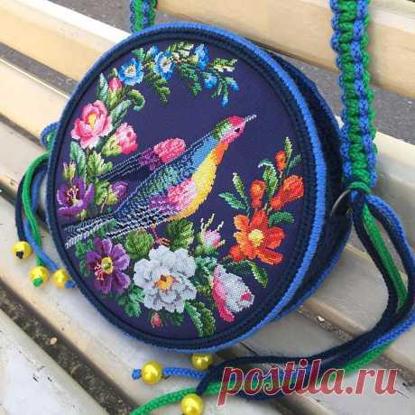 Волшебные краски райского сада Яркие, сочные цвета, удивительные цветы и, конечно, птица-чаровница – разве не так мы представляем райские уголки? Ну а талантливый мастер портала M-Sweet красиво воплотил волшебную картину в уникальной художественной вышивке. Мы уверены, что эта авторская сумочка моментально притянет восхищенные взгляды, удивит и поднимет настроение всем вокруг! Хотите себе такую? Скорее покупайте в нашем интернет-магазине!