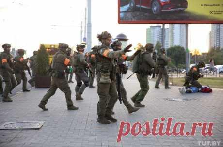 На улицах Минска появились спецназовцы с боевым оружием. Они участвуют в разгоне