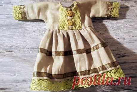 Простое платье длякуклы По фото-мастер-классу Елизаветы Титовой можно быстро сшить несложное кукольное платьице. Это очень легко именно потому, что у данной выкройки цельнокроенные рукава и сама по себе она является лишь …