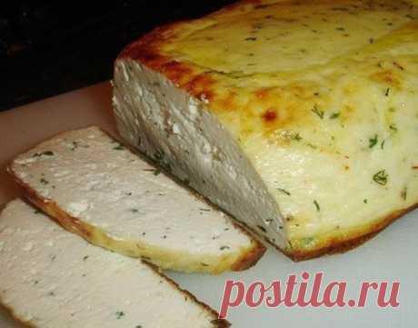 ДОМАШНИЙ СЫР  Ингредиенты: ● 3 л цельного молока ● 1 л кефира ● 3 яйца ● 1 - 2 ч.л. соль ● 2- 3 ч.л. сахар  Добавки ( если делается с зеленью): ● 2 ст.л. рубленой зелени по вкусу ( шнит лук, укроп, петрушка, базилик, чеснок, чили итд) черный перец ● 1 желток (для запекания в духовке)  Приготовление: Взбить слегка яйца. Смешать кефир с яйцами.Поставить молоко на огонь.Как только молоко начнет закипать, сразу же добавить кефир с яйцами и перемешать.С появлением на поверхност...