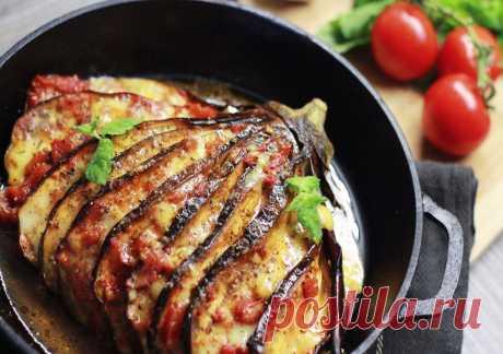 Запеченный баклажан Сегодня приготовим простое, но эффектное блюдо из овощей и сыра – запеченный баклажан. Готовится всё с использованием духовки. Для того, чтобы сократить время приготовления, баклажан предварительно можно слегка отварить. Ароматные травы, сыр, мягкий, пропитанный соусом баклажан — идеальное сочетание! Главная изюминка рецепта в его подаче и оформлении. Это не просто овощ, нарезанный кружочками или кубиками, а кое-что интересней! Баклажан ...