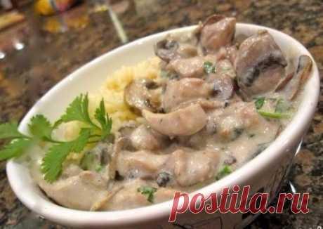 Нежная курица с грибами в сливочном соусе – пальчики оближешь! Ингредиенты: Куриные грудки — 2 штуки Шампиньоны — 400 грамм Сливки 22% — 300 мл Специи — по вкусу Масло сливочное — 40 грамм Приготовление: 1. Шампиньоны нарезаем крупными дольками и тушим на сливочном масле в сковородке около 5 минут. Курицу нарезать небольшими кусочками, размером примерно 2 на 3 см. 2. Как только грибы пустят […]