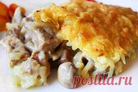 Восхитительная курица с грибами, запечённая под картофельной шубой  Ингредиенты: - 300 гр куриной грудинки (2 шт) - 250 гр грибов (например шампиньоны) - 3-4 средних картофелины - 1 луковица - 1 ст.л. муки - 250 мл молока - 150 гр сливок - 100 гр тёртого сыра (сыра лучше не жалеть) - соль, перец, зелень по желанию - растительное масло для жарки. Приготовление. 1. Включить духовку на 180 С. 2. Картофель помыть, положить в холодную воду и варить после закипания 6 минут. Осту...
