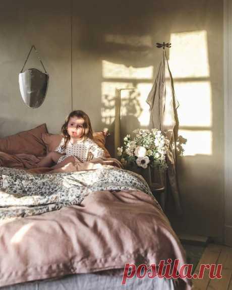 """Ведь можно просто наслаждаться каждым днём своей жизни; застыть, прикрыв глаза, и чувствовать, как закатное солнце ласкает веки последними лучами, ловить губами жасминовый ветер и пить спокойствие, будто воду…  Софья Ролдугина """"Кофе для невлюбленных""""  Фото: asminabylund"""