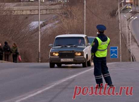 Инспектор ДПС тормозит на мосту: что нужно знать водителю в такой ситуации