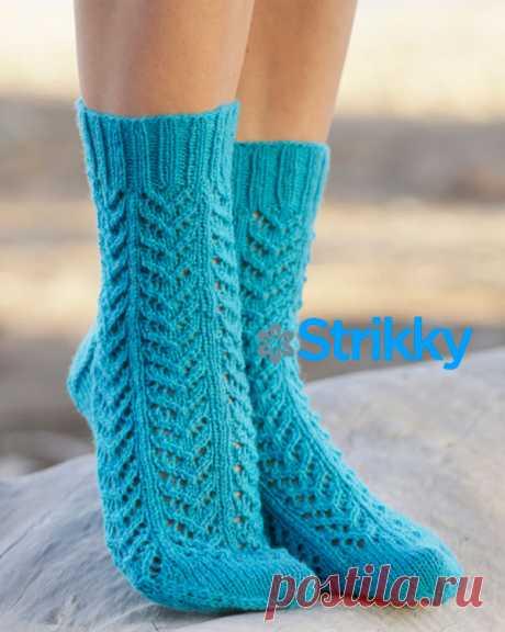 Ажурные носки с узором «Ёлочка» от Drops Design, вязаные спицами