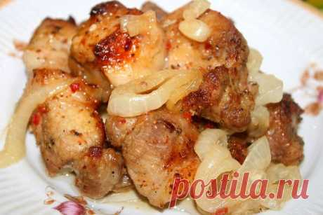 SHISH KEBAB IN THE OVEN ON THE ONIONS PILLOW\u000d\u000a\u000d\u000ameat (pork) — 1 kg\u000d\u000aonion — 2-4 pieces.\u000d\u000avinegar — 3 tablespoons (2 for pickling of onions, 1 for meat)\u000d\u000amix of pepper — 0,5 h l.\u000d\u000alemon juice — 3 tablespoons.\u000d\u000asugar — 1 tablespoon.\u000d\u000aseasoning for meat — 2 tablespoons.\u000d\u000aroasting sleeve\u000d\u000a\u000d\u000aHow to prepare a shish kebab in an oven on an onions pillow:\u000d\u000aTo cut meat small pieces. To add mix of pepper, seasoning, 1 tablespoon of vinegar and lemon juice. Carefully to mix everything and to leave to be pickled by from 2 to 6 h...