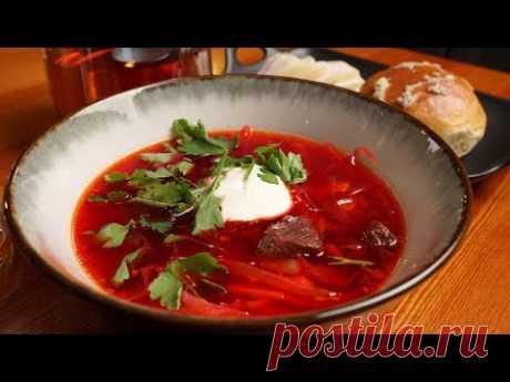 La sopa de remolacha con los panecillos