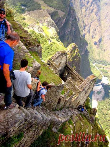 Мачу-Пикчу, спуск. Мачу-Пикчу — город древней Америки, находящийся на территории современного Перу, на вершине горного хребта на высоте 2450 метров над уровнем моря, господствуя над долиной реки Урубамбы. В 2007 году удостоен звания Нового чуда света. Также Мачу-Пикчу часто называют «город в небесах» или «город среди облаков», иногда называют «потерянным городом инков».