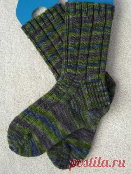 Носки с узором из полос Простые, но в тоже время необычные носки, связанные на спицах, специально для мужчин. Узор незамысловатый, состоит из снятых особым образом...