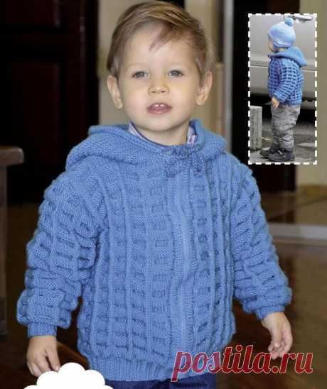 Жакет с капюшоном для мальчика  Размер: на 3 года.  Вам потребуется:   500 г пряжи голубого цвета (50% шерсть, 50% акрил, 300 м/100г), спицы №4, замок 37 см.  Лицевая гладь: лицевые ряды - лиц. п., изнаночные ряды - изн. п.  Резинка 1: попеременно 1 лиц. п., 1 изн. п.  Резинка 2: переменно 2 лиц. п., 2 изн. п.  Основной узор: