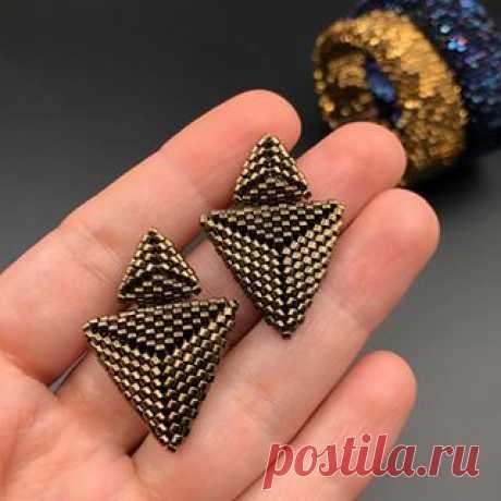 The double triangle earrings are made of sparkling Japanese beads Miyuki Delica 11/0 and finished with silver earring findings. . €30 . DM to order  .  #delicaseedbeads #miyukibeads #miyukidelica #polinaspareltjes #handgemaaktinbelgie #mooieoorbellen #oorstekers #handmadeinbelgium  #genk