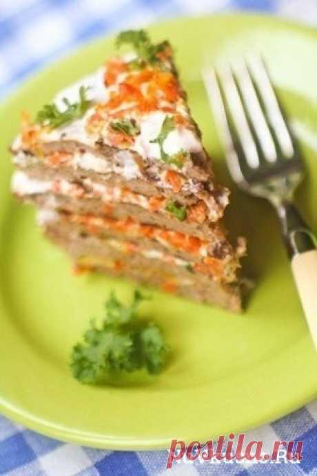 Печеночный торт со сметанным соусом ·