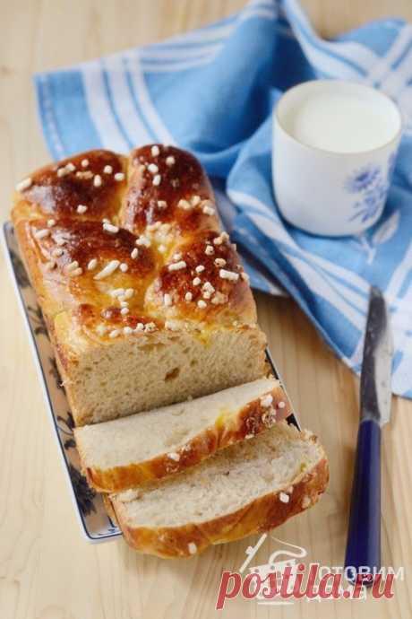 Сдобный сладкий хлеб-бриошь к завтраку. Мякиш этой сдобной бриоши получается нежнейшим и лёгким, как облачко. Секрет в том, что очень мягкое тесто готовится на яичных белках, без желтков. А правильная формовка помогает ему хорошо подняться и сохранить при этом форму.  Тесто можно приготовить на дрожжах, а можно на пшеничной закваске 50% влажности (в рецепте оба варианта).