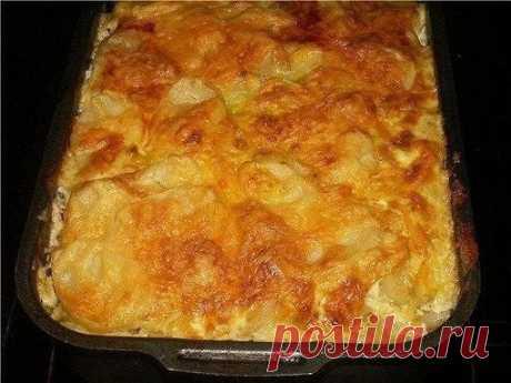 МЯСНАЯ ЗАПЕКАНКА. Любимый рецепт моей мамы. Ни одно торжество не обходилось без этого блюда!  Просто вкусно...  Ингредиенты:  картофель (6шт), фарш свинина говядина (400г), грибы (100-150г), лук (1шт), сметана (1 стакан), яйцо, чеснок (2 дольки), соль, перец.  Приготовление:  Приготовление: Картофель очистить и нарезать тонкими ломтиками. Лук порезать полукольцами. Грибы порезать небольшими кубиками, смешать с фаршем и приправить солью и перцем.  Для заправки: сметану смеш...