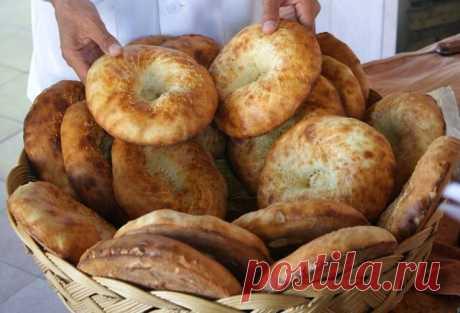 Узбеки очень уважительно относятся к хлебу. Главный узбекский хлеб – пресные лепёшки оби-нон. Их круглая форма символизирует солнце. На лепёшки обязательно наносят узоры из дырочек и линий. Узбекские лепёшки одновременно являются хлебом, тарелками для плова, мяса и других жирных блюд, и произведениями искусства. Сухие лепёшки долго хранятся, поэтому особенно красивые из них даже вешают на стены для украшения. Традиции приготовления лепёшек оби-нон насчитывают около 5000 ...