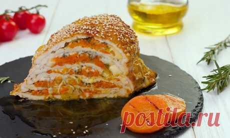 Куриная грудка с сыром замечательно смотрится на каждом столе: и повседневном, и праздничном. Можно дополнить ее любым гарниром: и запеченными овощами, и картошкой, и макаронами. Но хочу сразу сказать, что это не обязательно – блюдо и само по себе сытное, а если еще с кусочком домашнего хлеба – пальчики оближешь.