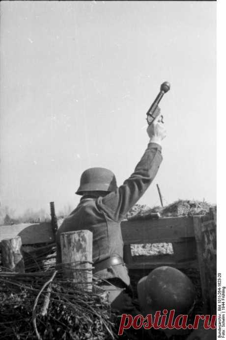 Немецкий пистолет-гранатомёт Kampfpistole Kampfpistole в переводе с немецкого боевой пистолет – серия разработок времен Второй мировой войны. Суть их заключалась в создании боевых боеприпасов для сигнальных пистолетов и переделки сигнальных п…