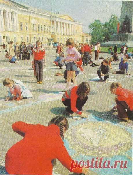 Советские дети рисуют на асфальте.