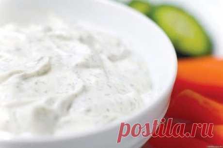 Соус, который заменит любой майонез  Ингредиенты: -3 ст ложки оливкового масла -1 ст ложка лимонного сока или яблочного уксуса -1 ч ложка горчицы -7 ст ложек сметаны -соль и перец - по вкусу.  Смешиваем до однородной массы масло, лимонный сок, горчицу, соль, перец. Добавляем сметану и перемешиваем. Подходит ко всем салатам, где требуется майонез. Можно мазать на бутерброды.