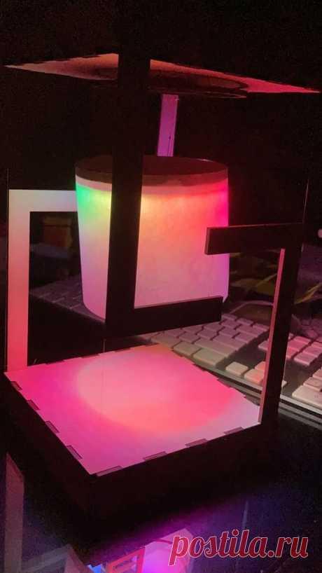 «Левитирующий» светодиодный светильник Конечно ни куда он не левитирует, но при просмотре именно такое впечатление и создается. Иллюзию создает необычный корпус и бегущая светодиодная дорожка внутри корпуса светильника.Давайте посмотрим видео с примером работы светильника.Для изготовления такого светильника мастер использовал следующие