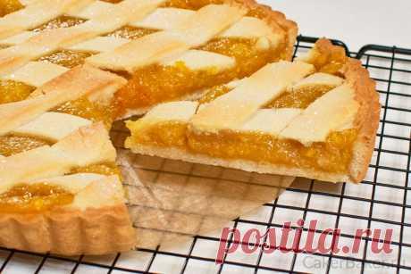 Лимонный пирог | Cakerbaker.ru Потрясающий лимонный пирог из песочного теста с яркой начинкой. Начинка сочная и не слишком сладкая, идеальный баланс. В ней отчетливо чувствуются как лимонные, так и апельсиновые нотки. Любители цитрусовых точно оценят. Лимоны и апельсины мы измельчим вместе с кожурой, что придаст пирогу благородную еле уловимую горчинку. А чтобы вкус стал мягче, добавим апельсин и яблоко.