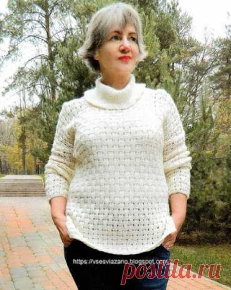 Пуловер красивым плетеным узором.