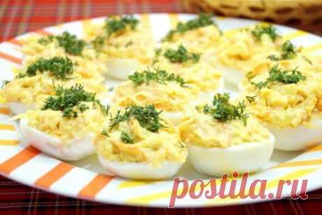 Фаршированные яйца с сырным кремом. Блюдо насколько простое в приготовлении, настолько же и (неожиданно) вкусное. Отличная холодная закуска. В том числе и для праздничного стола.