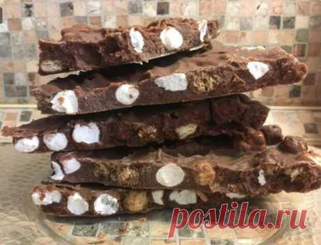 В этом рецепте шоколад готовится на основе какао-масла, поскольку какао бобы или тертое какао купить не так просто. Зато у какао-масла не особо высокая стоимость и купить его всегда можно, но только в основном через интернет-магазины. 200 г какао-масла без дополнительных примесей; 60 г молока; 20