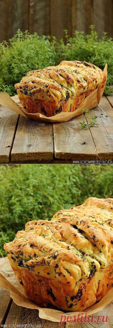 Отрываный хлеб с зеленью и сыром..