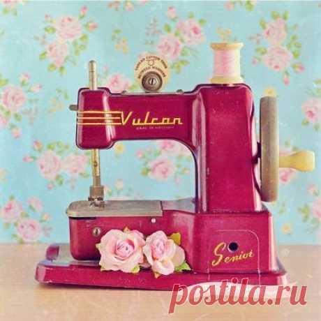 Друзья, сегодня День швейной машинки, с чем мы вас и поздравляем! А какой была ваша самая первая машинка?  #опрос