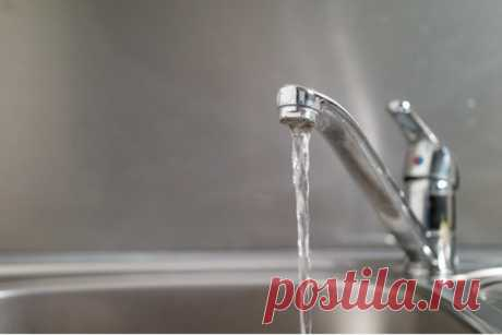 """Эксперты рассказали, кто контролирует качество воды в многоквартирных домах 25.05.2021 г. Качество водопроводной воды необходимо контролировать на """"входе"""" в многоквартирный дом. Однако мнения о том, кто должен это делать и кто конечном итоге отвечает за текущую из крана жидкость, расходятся."""