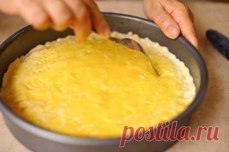 Лимонный, очень нежный пирог  Ингредиенты: Сметана - 250 г Сливочное масло - 110 г Сода - 1/2 чайной ложки Мука - 2 стакана Лимон/апельсин - 1,5 шт Сахар - 1 стакан Желток - 1 шт Сахарная пудра  Приготовление: 1. Сметану смешайте с содой. 2. В сметану добавьте растопленное масло,перемешайте до однородной массы. 3. Постепенно начните добавлять муку небольшими порциями. Всыпав 1,5 стакана проверьте:если тесто прилипает к рукам,всыпьте остальную половину стакана. Иначе-не обя...