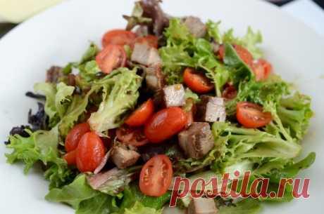 ТЕПЛЫЙ САЛАТ С ГОВЯДИНОЙ -  Тёплый салат с говядиной — сытное и вкусное блюдо, которое вы можете приготовить как на обед, так и на ужин. Его с равным успехом можно подать как салат перед первым блюдом, так и как отдельное блюдо.