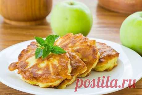Овсяные оладьи с яблоком   На 100 гр - 84 ккал  белки - 2  жиры - 5  углеводы - 8   Ингредиенты:  • Кефир - 200 г • Овсянка - 100 г • Большое яблоко - 1 шт. • Оливковое масло для жарки - 2 ст. л  Приготовление:  Овсяные хлопья залейте стаканом кефира, перемешайте и оставьте на ночь. С утра вымойте большое яблоко и вырежьте сердцевину. Натрите яблоко на крупной терке и добавьте его к хлопьям, хорошо перемешайте все ингредиенты. Разогрейте на сковороде немного оливкового мас...