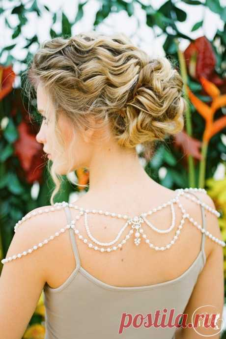 Wedding jewelry on shoulders (traffic)