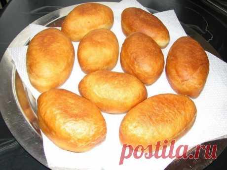 Очень вкусные и пышные пирожки  Их можно делать с капустой, яйцами и луком, с мясом и т.д., -1 пачка сухих дрожжей (в пачке 11гр); 1-яйцо; 1ст-воды; примерно 3 стакана муки; 2 ст.л_растительного масла; соль и сахар-по 1 ч.л. (давать тесту подходить не надо,лепить сразу, т.к они растут прямо в сковороде). Жарить на сковороде, чтоб масло покрывало пирожки до половины. Приятного аппетита  Автор: Ирина Линник __________________________________ Готовьте с любовью! Живите вкусно...