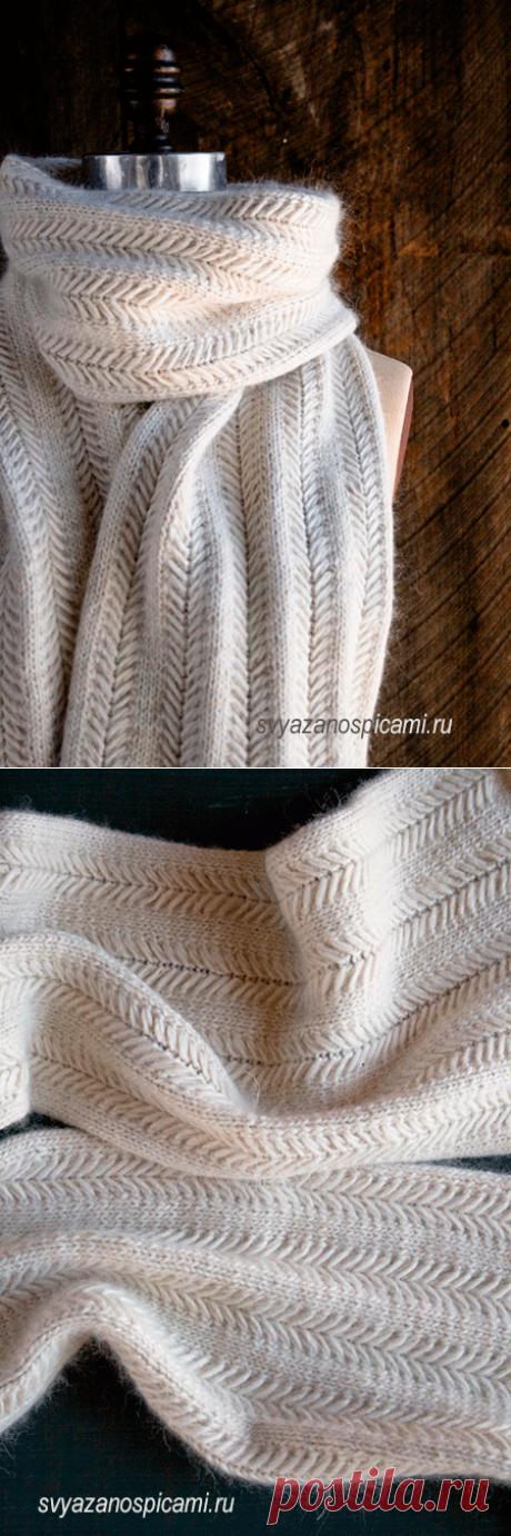 Шарф вязаный спицами интересным узором со спущенными петлями