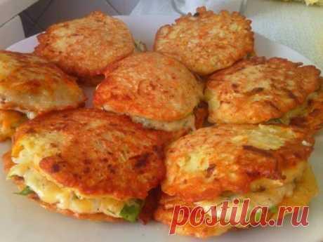 Los buñuelos vkusnyuschie de los calabacines con el queso y el ajo