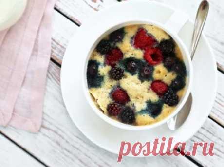 Рецепт ягодного кето пирога в кружке (с подсчётом БЖУ)