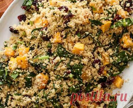 Салат из кускуса со шпинатом и тыквой | О вкусной еде Этот красочный салат вы можете съесть и как самостоятельное блюдо и как гарнир к мясу. Экспериментируйте с ингредиентами: вместо шпината можно использовать мангольд или капусту, сушеные вишни или