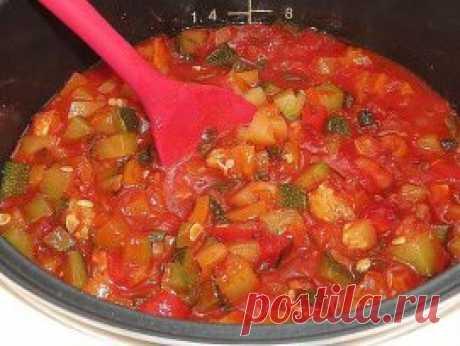 САЛАТ из помидоров и КАБАЧКОВ на зиму Этот вкусный салат мы всегда съедаем очень быстро, поэтому заготавливаем побольше! Вам понадобится:  - 2 кг кабачков  - 2,5 кг помидоров  - 1 кг сладкого зеленого перца - 200 г чеснока - 1 стакан сахара - 1 стакан растительного масла без запаха - 2 столовые ложки соли с верхом - полстакана 9% уксуса. Кабачки нужно нарезать небольшими кубиками. Помидоры с чесноком пропустить через мясорубку, все соединить, добавить соль, сахар, растител...