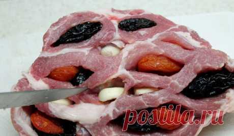 Свинина с курагой — вкуснее Вы точно не пробовали! Делюсь секретом. Мы советуем вам купить свиную лопатку или же окорок. Приготовленное по этому рецепту мясо будет и очень сочным, и мягким. А благодаря сухофруктам запах